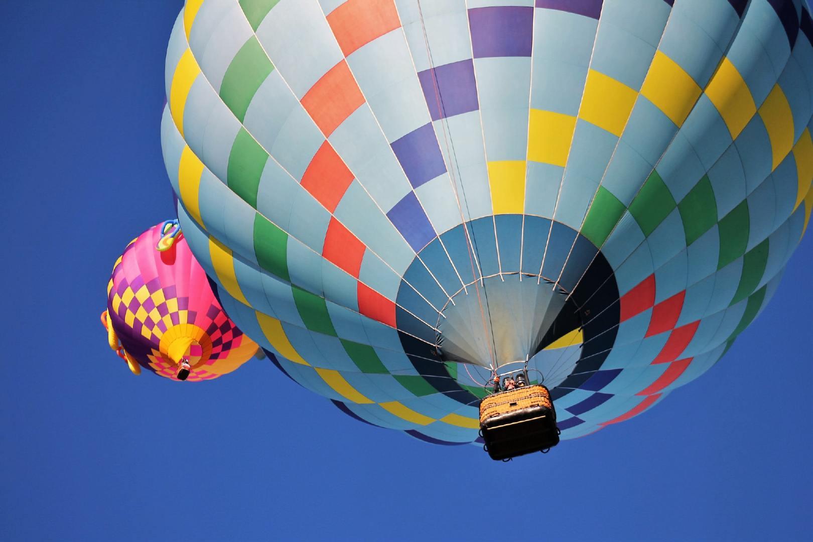 遨游在蔚蓝天空下的热气球壁纸大全