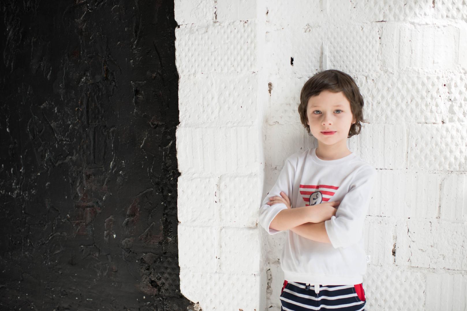 穿着时尚的小男孩模特摄影图片