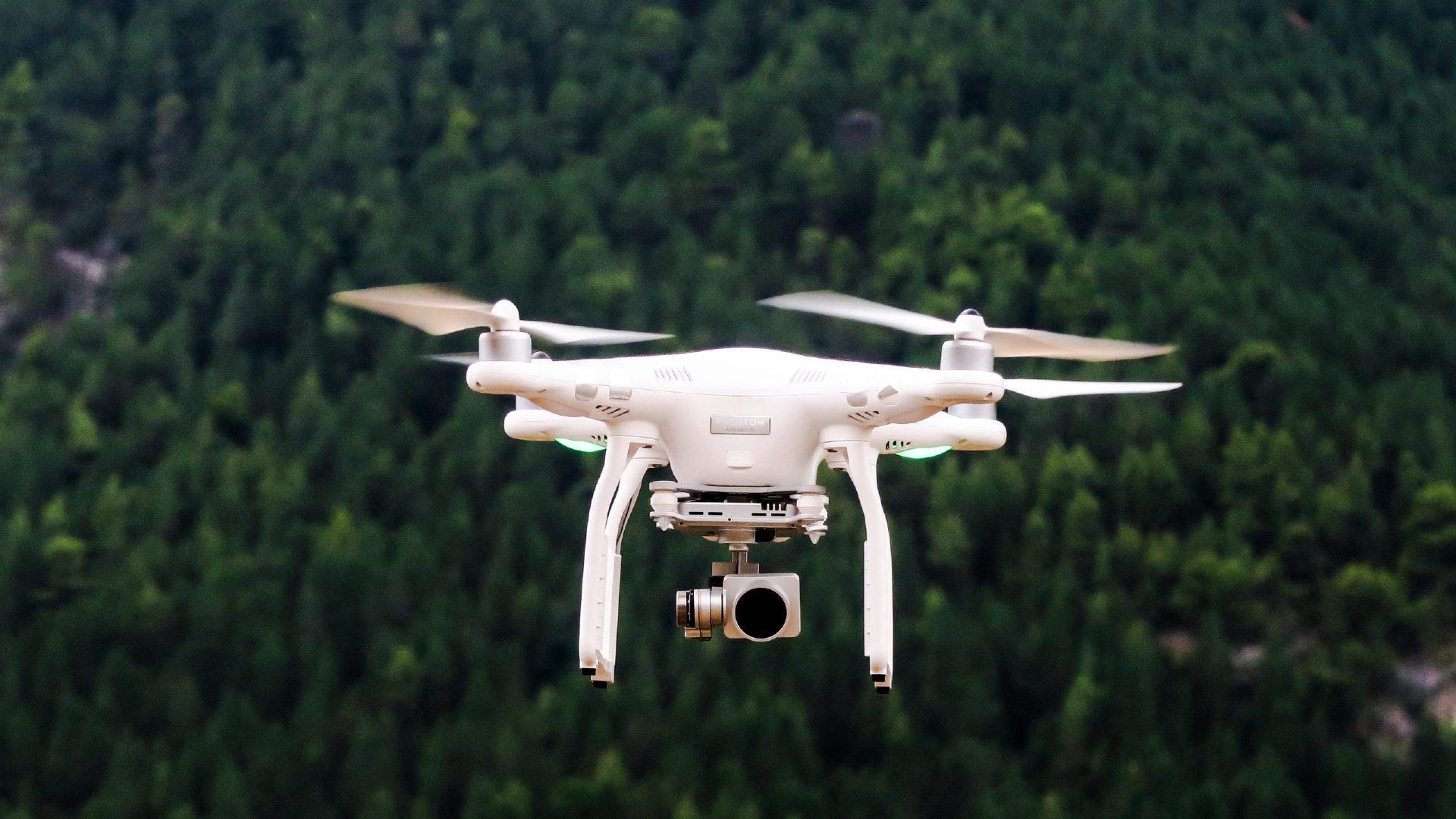 翱翔在蓝天之下的大疆无人机广告图片