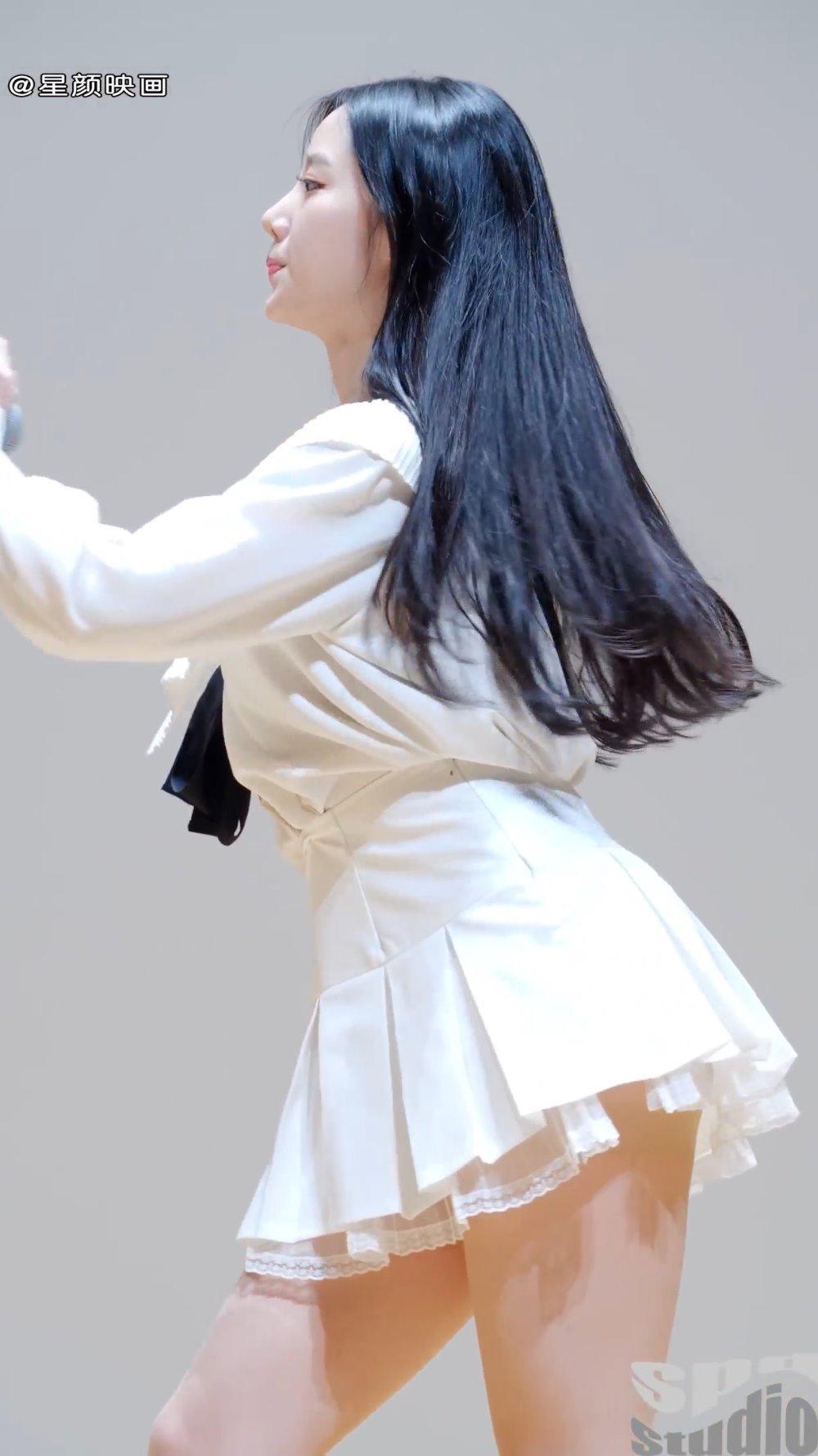 韩国女团BerryGood妹子赵贤白色超短裙演出,已经陷进她的美了
