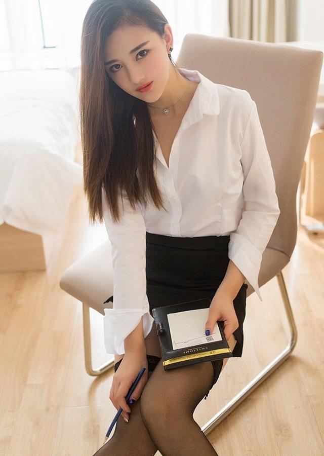 办公室的性感白衬衫