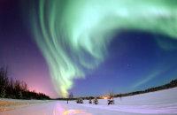 北极晴朗夜空下的极光桌面壁纸
