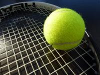 停在网球拍上的网球宽屏桌面壁纸
