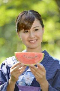 穿着和服吃西瓜的日本美女高清壁纸大全