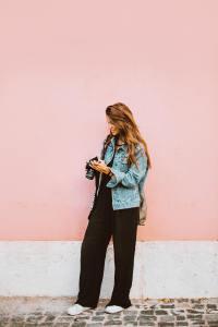 金色长发的性感美女街拍写真
