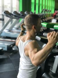在健身房锻炼的男性高清图集