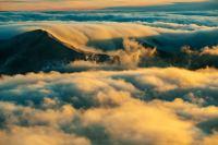 朦胧云海之间的山巅壁纸大全