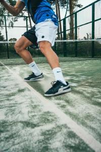 挥舞网球拍击打网球的人们摄影图片