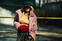穿着粉色外套的俏皮美女摄影图片