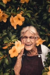 心态年轻传达开心的老奶奶摄影图片