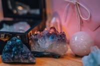 颜色绮丽奇形怪状的水晶石头摄影图片