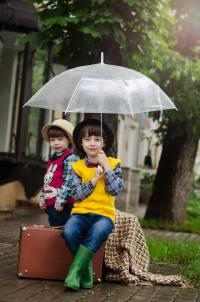 下雨天撑着雨伞的人们摄影图片