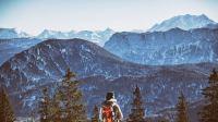 登山者站在山峰眺望远方的桌面壁纸