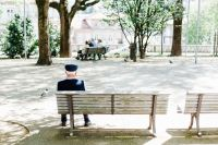 公园和海滩坐在长椅上的闲适人们高清壁纸