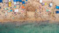游客在广阔的海滩边度假的俯拍摄影图片