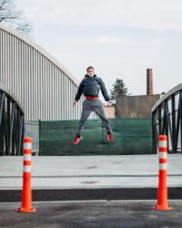 充满活力的跳跃青年摄影图片