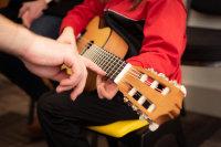 街头伴着夏夜晚风弹吉他的人们桌面壁纸