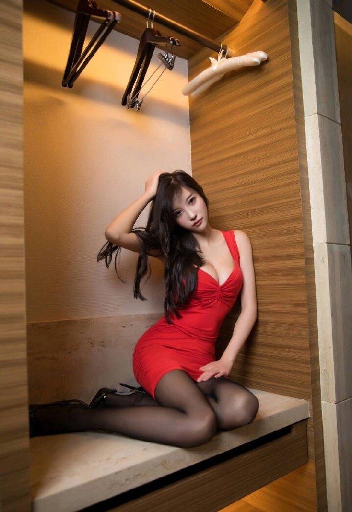 丝腿写真 红裙黑丝小姐姐 美腿 丝足 第4张