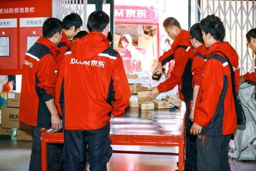 顺丰发了888红包之后,真有人去采访京东的小哥看看京东的待遇