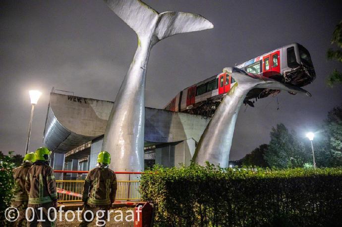 荷兰斯派克尼瑟的一辆轻轨冲出了轨道末端缓冲带,结果被一座鲸鱼雕塑给接住了