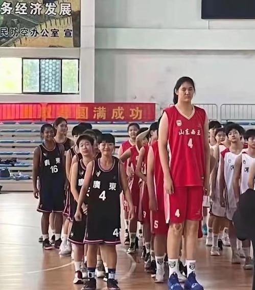 14岁女孩身高226cm追平姚明