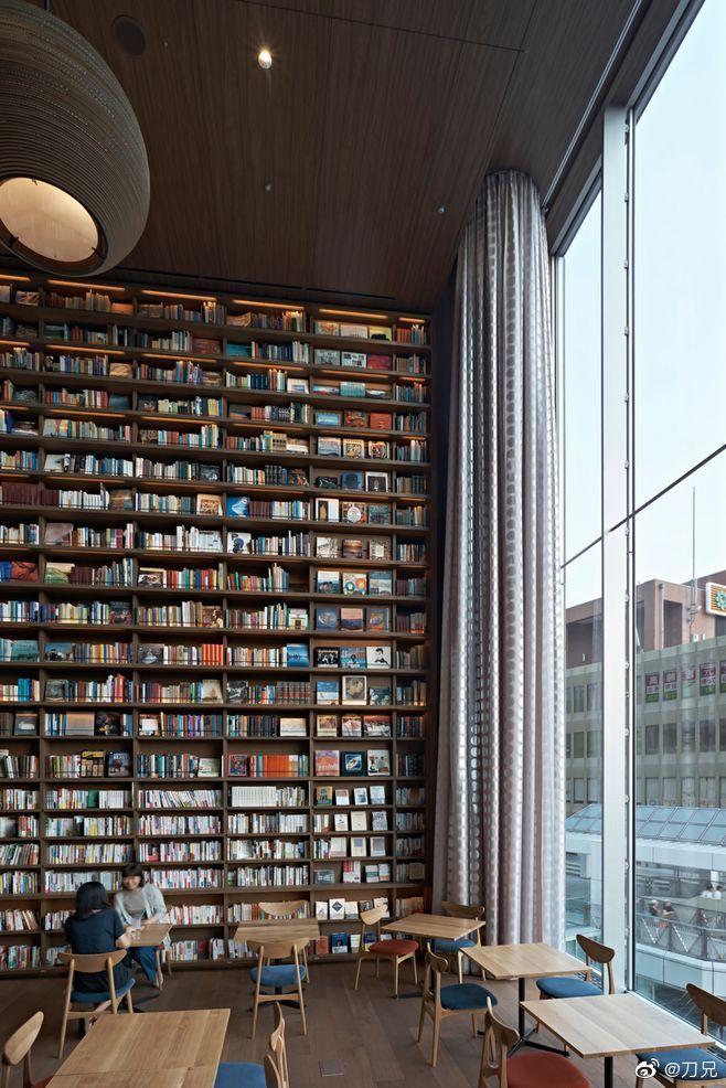 我家跟前一家英语培训机构今天装修完毕,变成了一间书店