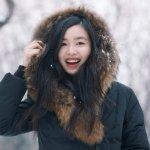 陈瑜黑色波司登羽绒服雪地玩闹户外写真