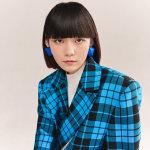段奥娟米白色打底衫外搭黑蓝格子大衣秀气写真