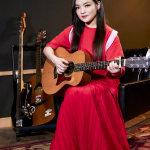 徐佳莹红色长裙手拿吉他摇滚风剧照
