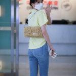 乔欣淡黄T恤搭牛仔裤机场街拍写真