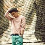 刘亚仁粉色上衣搭绿色光装中裤清爽酷帅街拍写真