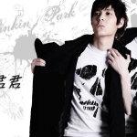 君君黑白T恤外搭黑色外套炫酷写真