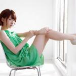 日本美女桥本奈奈绿色连衣裙露腿优雅写真