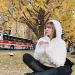 周扬青白色连帽绒大衣甜美街拍图集