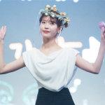 IU李智恩黑白服装搭配可爱花环高清舞台照