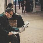 读报纸外国男人人体艺术摄影