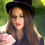 拿扑克牌美女人体艺术摄影