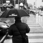 下雨天撑伞黑白人体艺术摄影