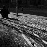 坐在街边人黑白人体艺术摄影