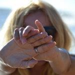 手掌交叉挡脸人体艺术摄影