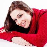 红色毛衣微笑美女写真人体艺术摄影