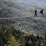 走在悬索桥上人人体艺术摄影