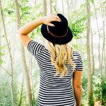 绿色树林美女背影人体艺术摄影