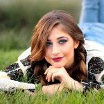 趴在草地上美女人体艺术摄影
