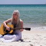 海边弹吉他美女人体艺术摄影