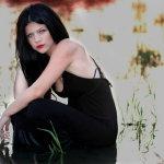 河中黑裙美女人体艺术摄影