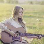 女生弹吉他人体艺术摄影