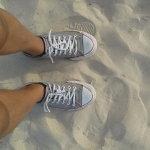 踩在沙滩上双脚人体艺术摄影