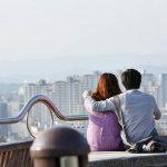 情侣高楼看风景背影人体艺术摄影