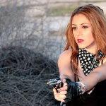 持枪性感美女人体艺术摄影